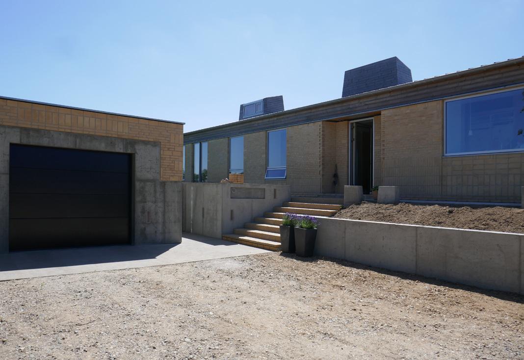 Garage facade blå himmel.jpg
