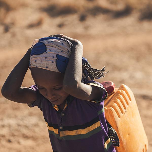 Die Situation - Nach aktuellem Stand haben weltweit 2,1 Milliarden Menschen keinen Zugang zu sauberem Trinkwasser. Afrika ist am stärksten von diesem Umstand betroffen. In unserer Zielregion Kajiado County, Kenia beziehen 266.000 Menschen ihr Trinkwasser aus Oberflächengewässern, die meist massiv bakteriell belastet sind. Dies verursacht schlimme Erkrankungen wie Typhus, Ruhr oder Cholera. Jährlich sterben weltweit durchschnittlich 502.000 Menschen, darunter vor allem Kinder, an verschmutztem Trinkwasser.