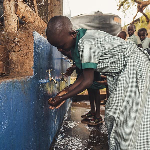Der Filter - Der Filter ist außerordentlich effektiv, ausschließlich mit lokalen Ressourcen und von den Einheimischen selbst herstellbar. Es ist weder Energie, noch der Einsatz von Chemikalien notwendig und die geringen Materialkosten und eine Mindeslebensdauer von zehn Jahren machen ihn einzigartig und vielversprechend. Aktuell versorgen wir bereits 4000 Menschen mit sauberem Trinkwasser. Bis 2020 ist es unser Ziel weiteren 10.000 Menschen einen gesicherten Trinkwasserzugang zu ermöglichen.