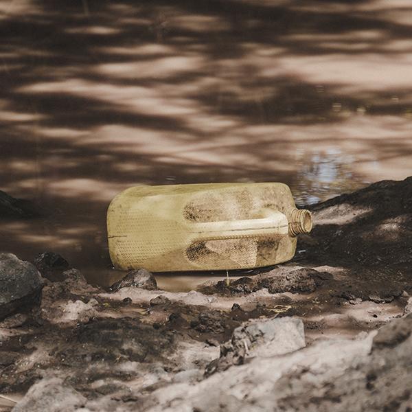 Das Problem - Wir arbeiten aktuell vorwiegend in Kajiado County, im Süden Kenias. Ein Großteil der dort ansässigen Bevölkerung leidet unter starker Armut, Unterernährung, Arbeitslosigkeit, mangelnder Infrastruktur und hohen Lebensmittelpreisen. Aus Mangel an Alternativen beziehen sie ihr Trinkwasser unbehandelt aus bakteriell verseuchten Flüssen. Kinder leiden am meisten unter dieser Situation. Krankheiten wie Typhus oder Cholera verhindern nicht nur häufig den Schulbesuch, sondern führen mehrfach zum Tod.