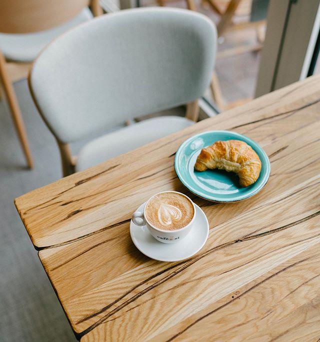Take a moment for yourself today. ⠀⠀⠀⠀⠀⠀⠀⠀⠀ ⠀⠀⠀⠀⠀⠀⠀⠀⠀ ⠀⠀⠀⠀⠀⠀⠀⠀⠀ #croissant #relax #enjoythemoment #refuel #gemütlich #gemütlichkeit #fairtradecoffee #fairtrade #directtrade #coffeeshop #thegoodcoffee #gepafairtrade #mainzeraltstadt #mainz #cappuccino