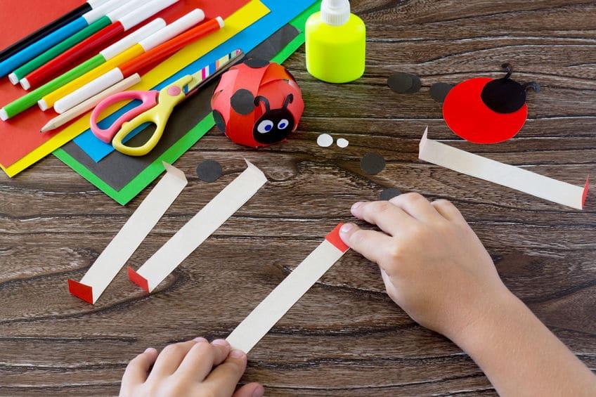 1. Prenez ensuite les quatre bandes rouges et pliez les bouts de chaque bande. - Sur 1cm maximum.