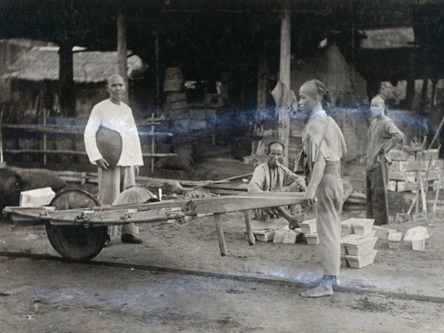 Chinese miners at the tin mines in Manggar, Belitung in 1903. Source: Leiden University Digital Library KITLV.
