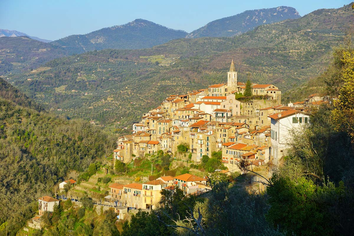 casa-sulla-piazza-apricale-italy-vacation-sunrise-skyline.jpg