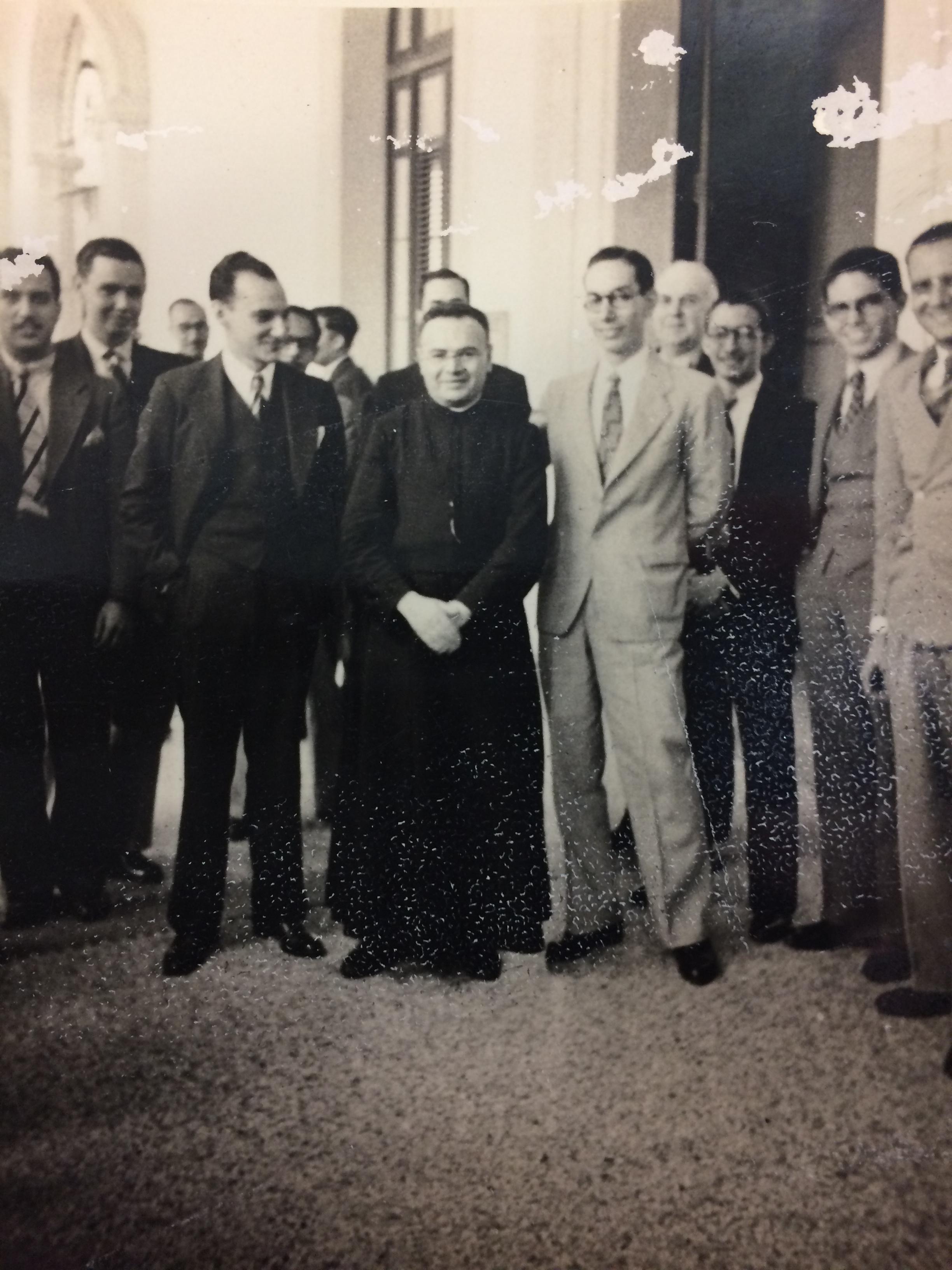Fr. Rey de Castro with young professionals  P. Rey de Castro con jóvenes profesionales