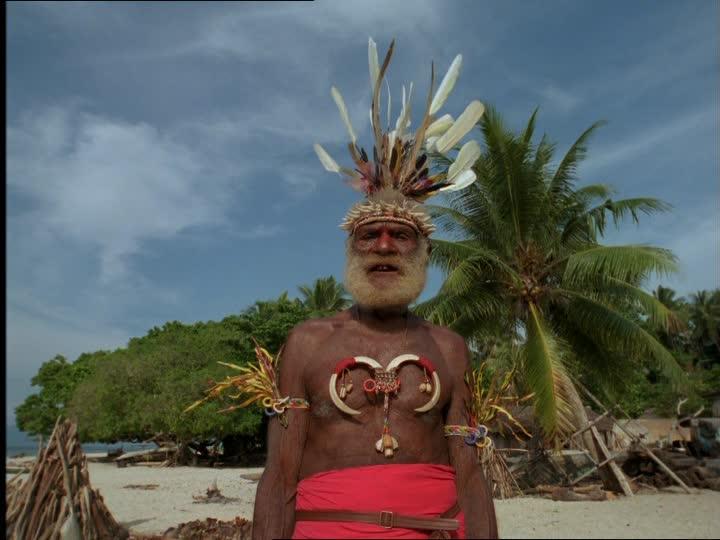 330100450-chef-de-tribu-melanesien-parure-de-plumes-grande-barbe