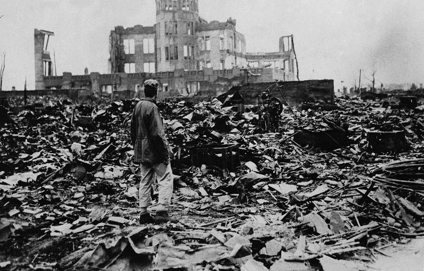 830x532_homme-observe-ruines-ville-hiroshima-apres-explosion-bombe-atomique-6-aout-1945.jpg