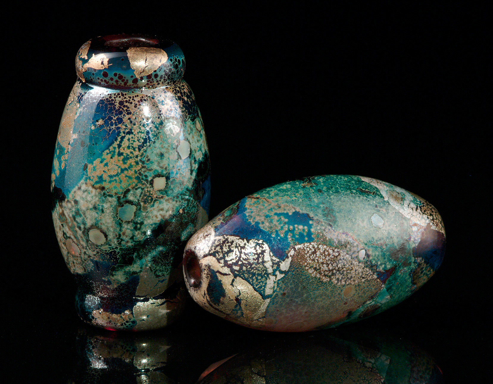 """""""Amethyst Lake Beads"""", vessel and oval lenticular shapes, with copper, silver and gold colorants. Longest bead about 4 cm. 2001."""