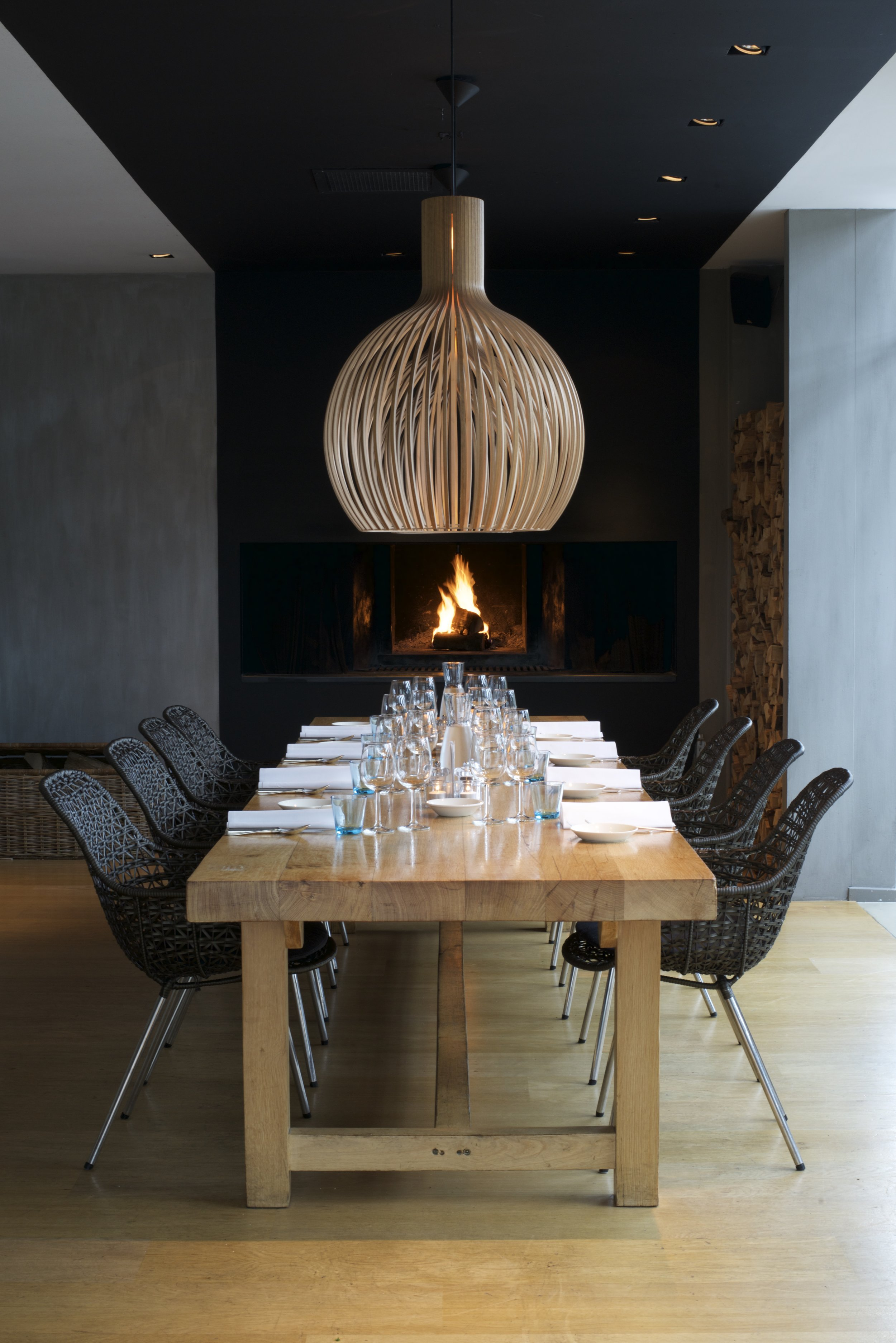 STAMTAFEL - Een fijne plek voor een levendig diner voor de open haard bij de bar.(8-14 personen)