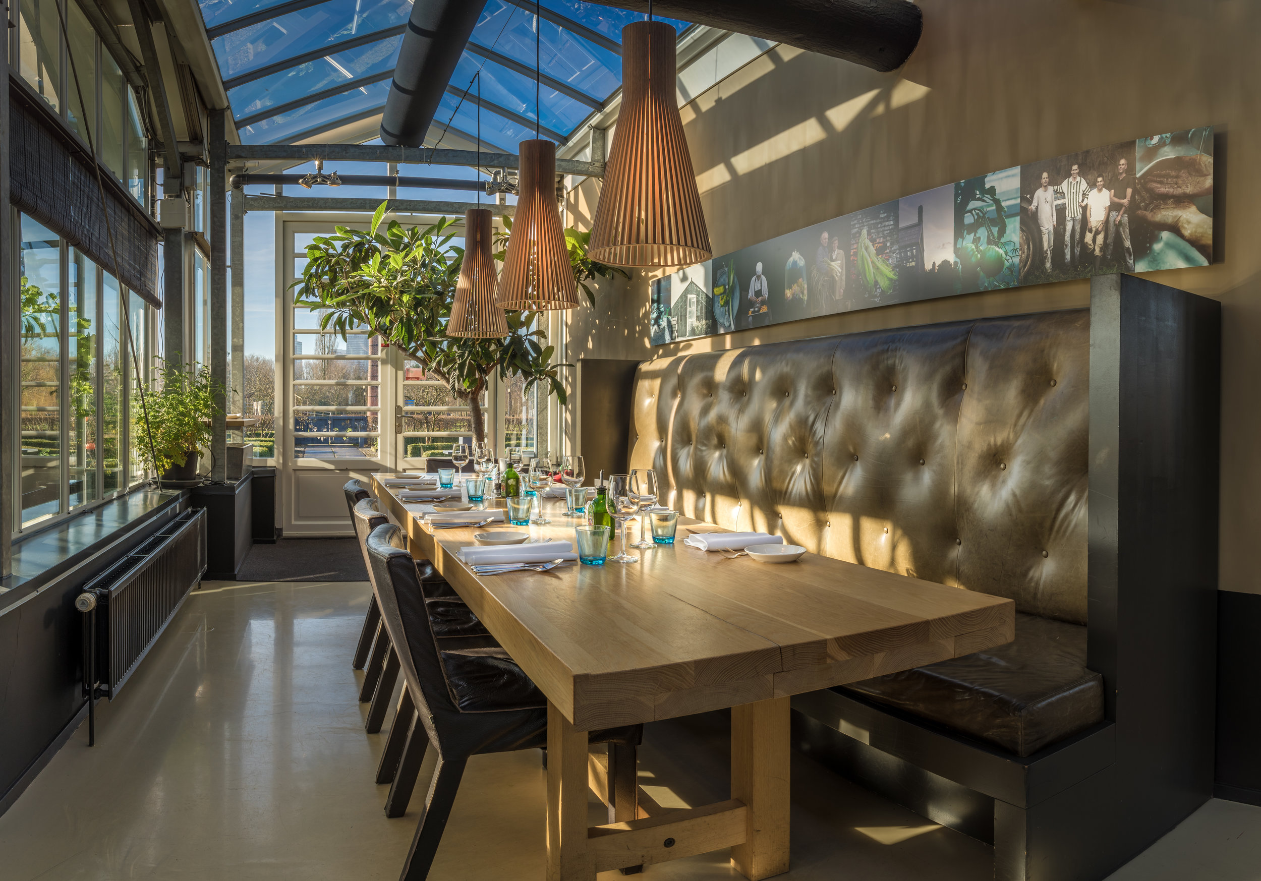 BUSINESSTAFEL - Om rustig te dineren en tegelijk te overleggen, een beetje afgescheiden van het restaurant naast de serre.(6-12 personen)