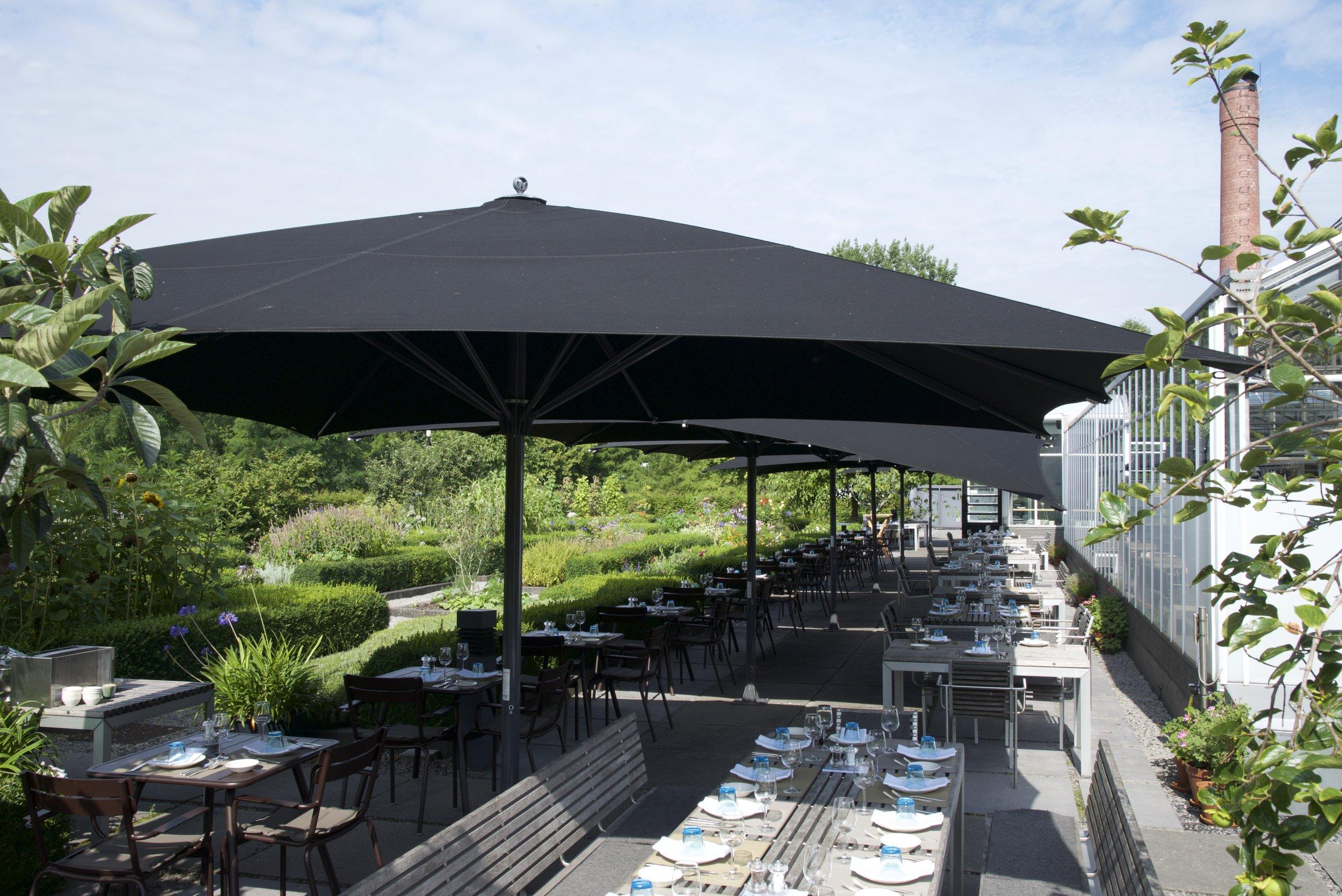 TERRAS - 's Zomers kun je buiten lunchen of dineren op het terras in de kruidentuin. Of een aperitief drinken op een mooie zomeravond, tussen de kruiden in bloei.