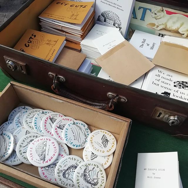 Oh the badges and books of Bill Jones, makes us so happy ❤️ . Arty Brum in the sun, Stroud Dub Club providing the tunes, it's the place to chill and mooch ☀️ . . @sva__ @stroudfestival @billjonesillustration @sista_oona #dencity #artybrumbooty #artcarbootfair