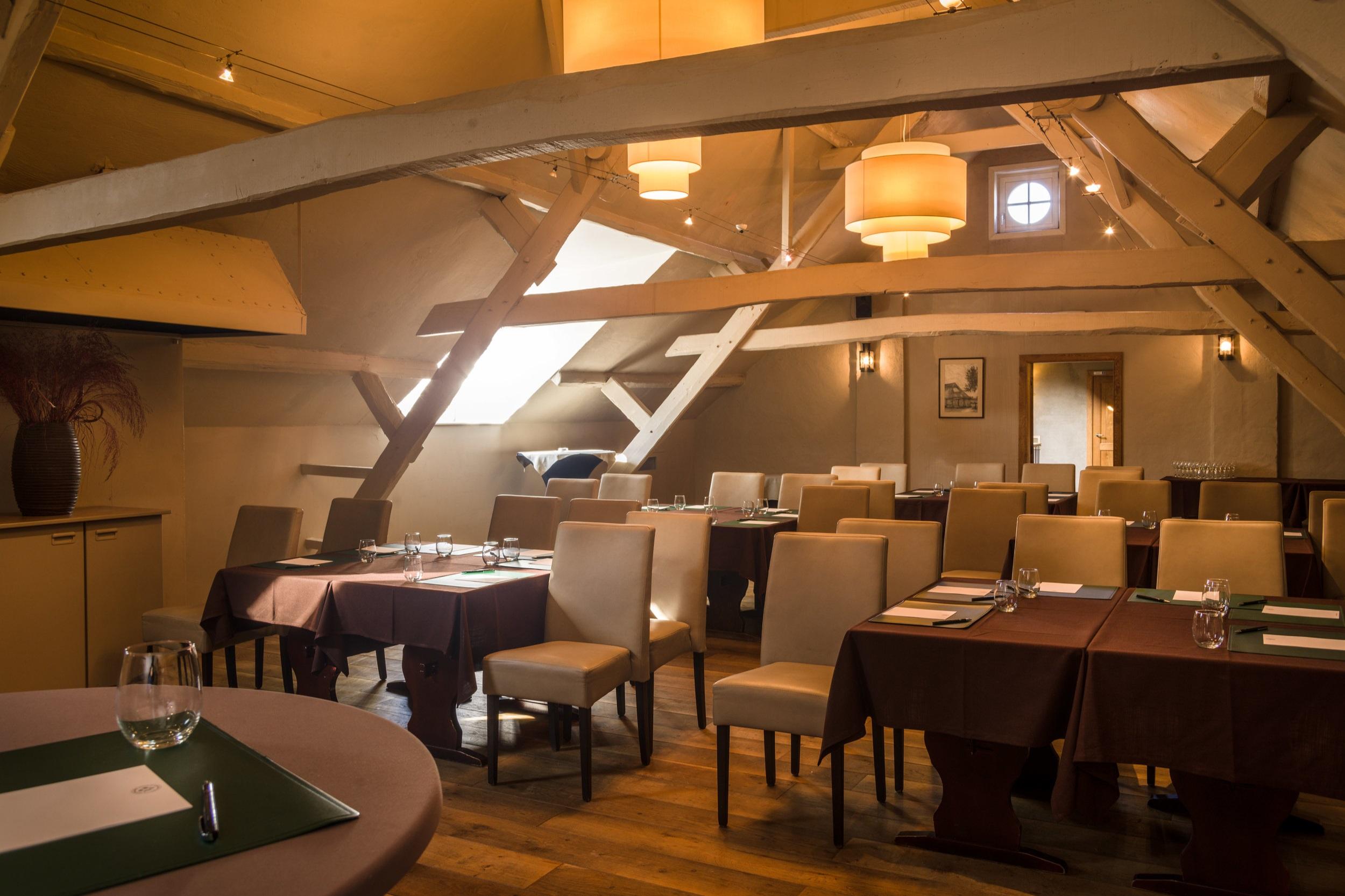 Hooizolder - Een charmante zaal op de eerste verdieping. De beperktere lichtsinval zorgt ervoor dat al uw projecties en voorstellingen haarscherp zijn.