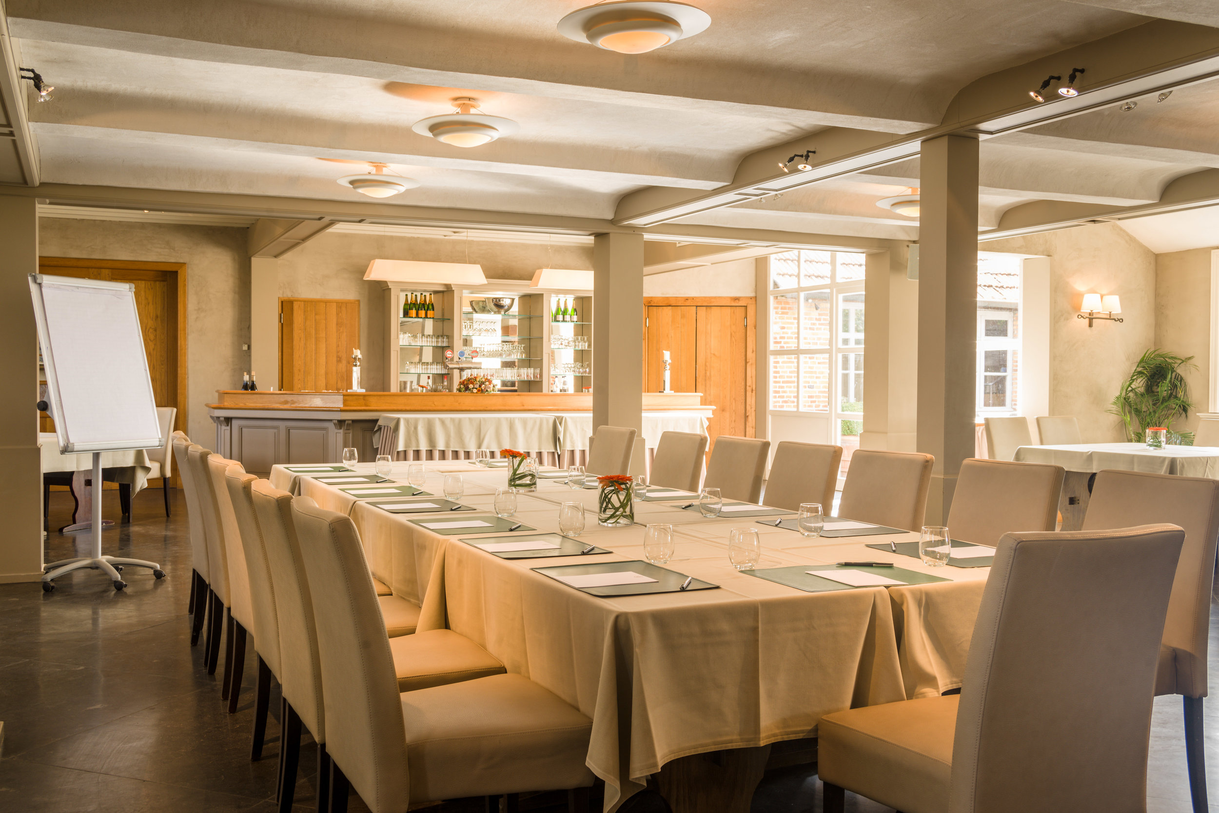 't Voorhuys - Deze ruimte met apart salon zorgt ervoor dat u en uw gezelschap ongestoord en aangenaam kunnen vergaderen.