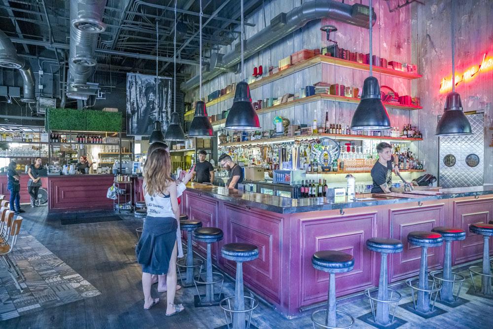 Quadro bar scene