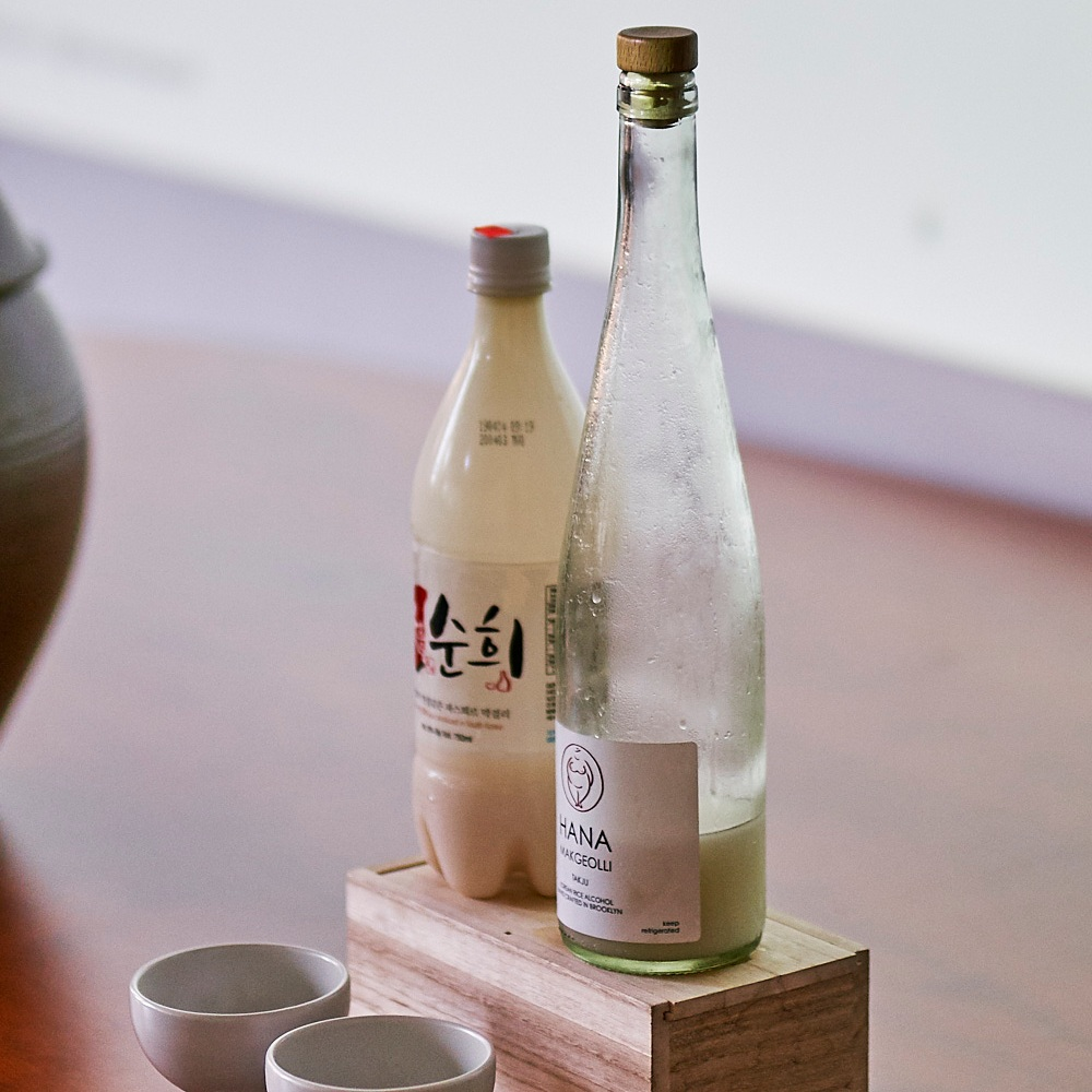 Conventional makgeolli alongside Hana Makgeolli. Photo by An Rong Xu for HFNM 2019.