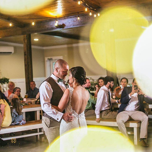 A beautiful couple and a magical evening ✨💍 * * * #vinooasi #vinooasiwedding #wedding #vineyardwedding #venue #weddingplanning #farm ##weddingplanner #bride #groom #bridesmaids #groomsmen #love #specialday #northcarolina #bridetobe #engaged #gettingmarried #ncweddingvenue #ncwedding #eventplanner #eventvenue #weddingphotography #photography #celebrate #weddinginspo #weddinginspiration #weddinggoals #weddingvenue
