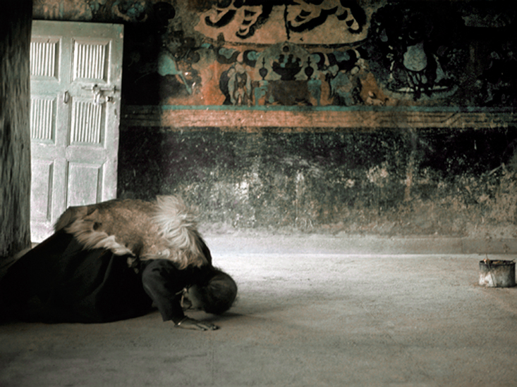 Tibetanwomanpray.jpg