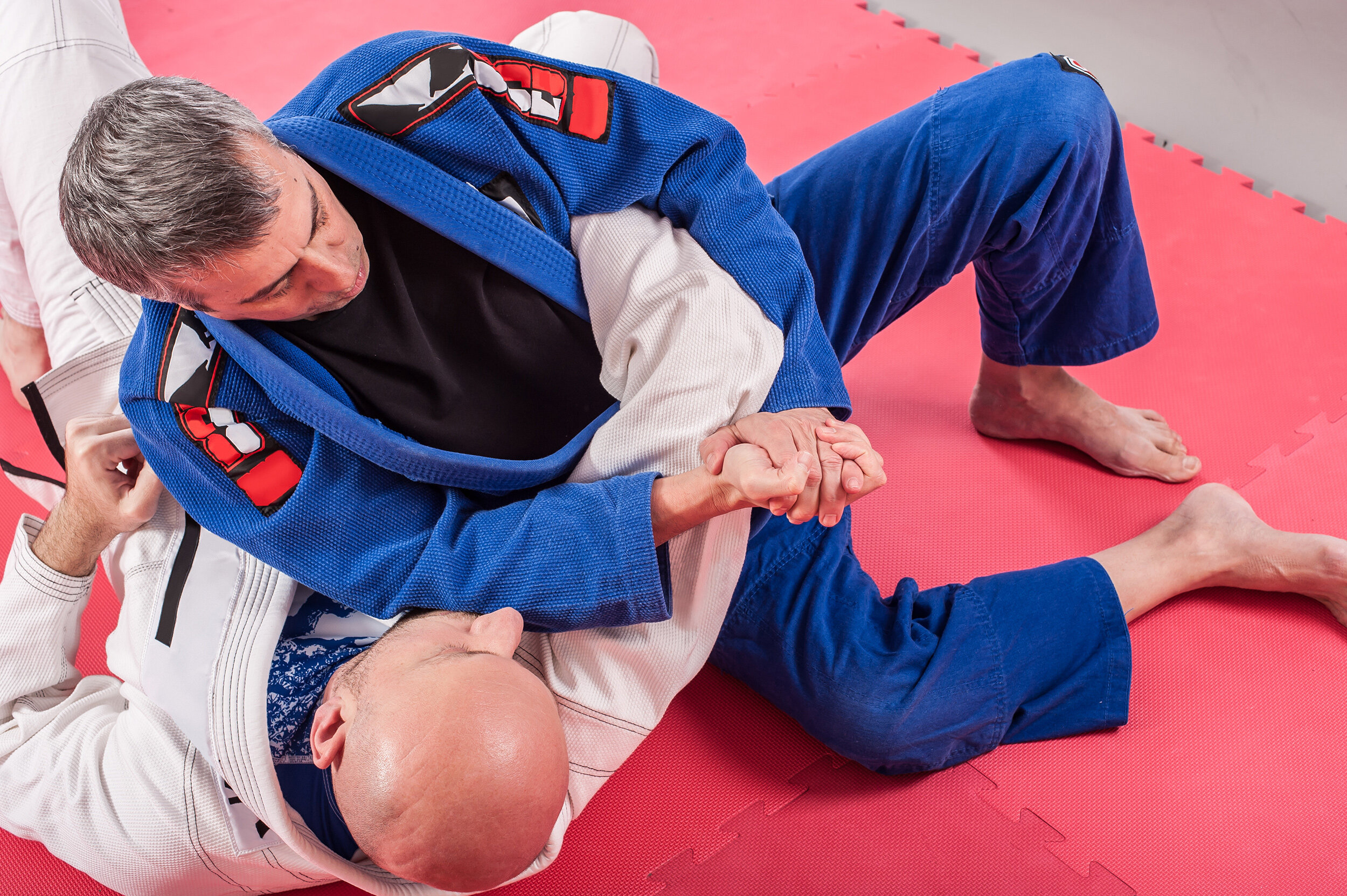 Professor and competitor of Brasilian Jiu-Jitsu - With pain in the wrist