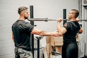 COACHING PROFESSIONNEL - Enseigner les techniques d'entraînement de façon efficace est un art que j'ai maîtrisé en passant des milliers d'heures dans le gym à analyser le mouvement de mes clients.