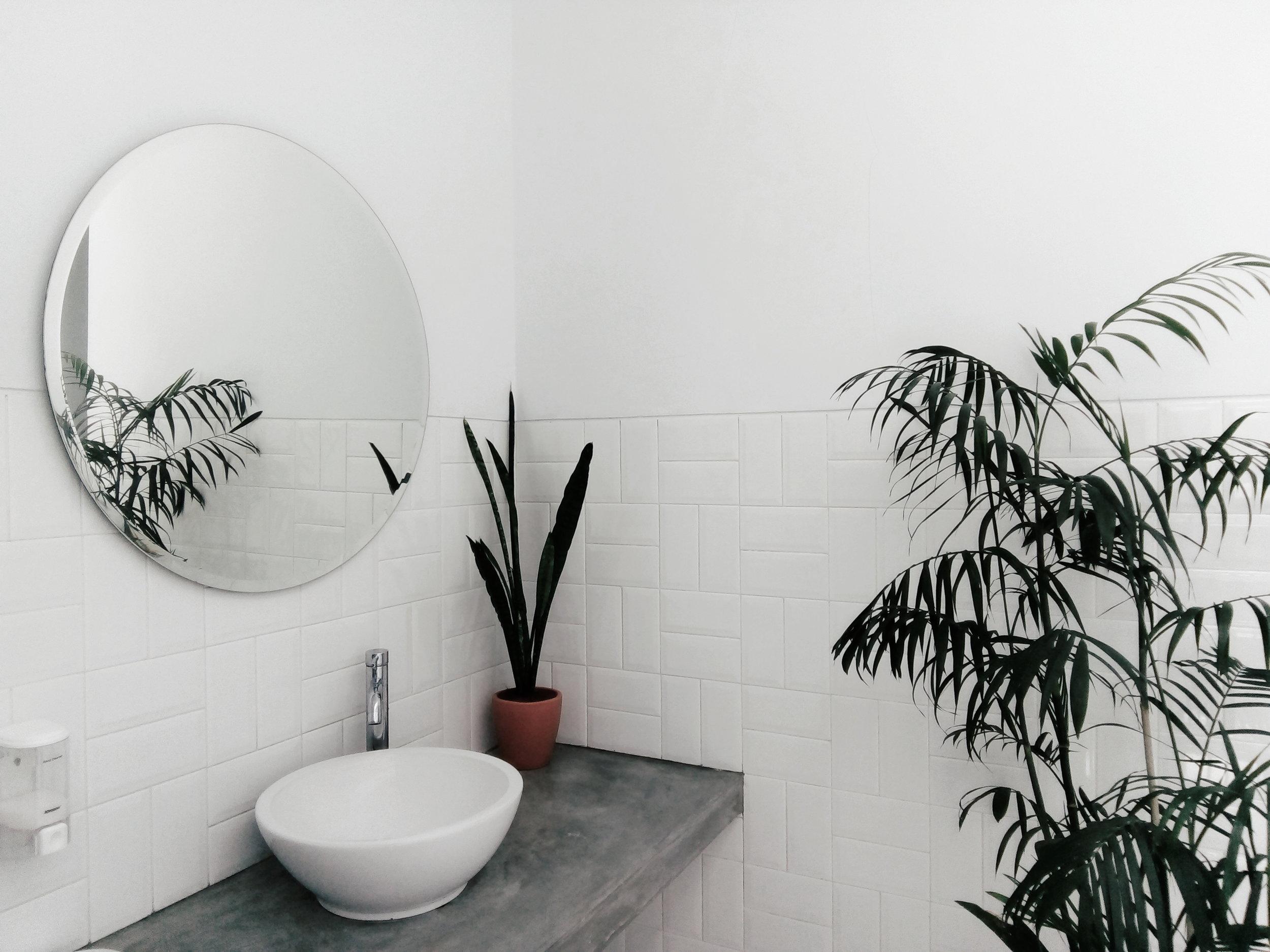 Sanitair - Dient je sanitair vernieuwd of hersteld te worden? Wij staan tot je beschikking voor onder meer het plaatsen en herstellen van sanitaire installaties, rioleringsbuizen of badkamerrenovaties.