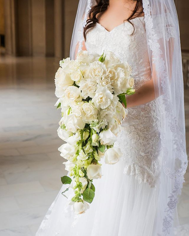 Amazing Flower Arrangement by @dalilastouch ! Be sure to follow her Instagram for more amazing arrangements like this one!   www.jasenmancilla.photography   #flowers #flower #lilies #whitespray #roses #wedding #white #green #dress #sanfrancisco #interior #cityhall #bride #bouquet #carnations