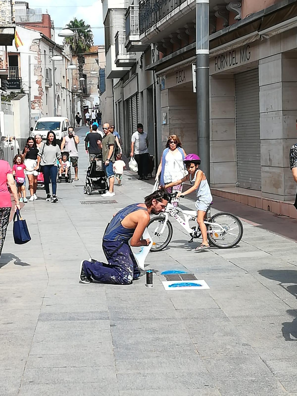 Jorge Ochagavía painting on the streets of Villadecans (Barcelona)