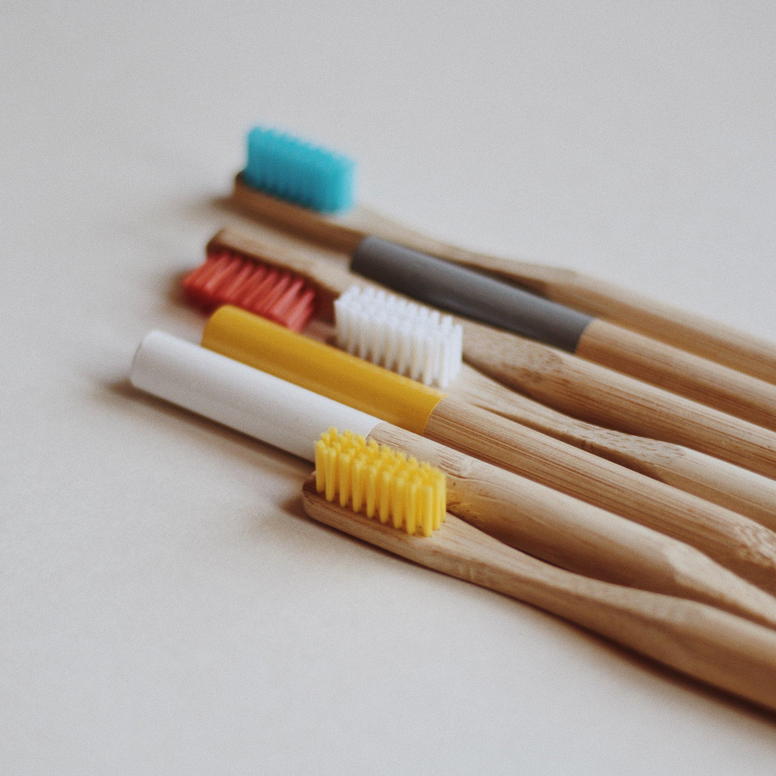 Optez pour une brosse à dents biodégradable plutôt qu'une brosse à dents en plastique. - Bien qu'elle peut sembler banale, la brosse à dents se dégradant pendant plusieurs siècles et pollue la terre. Ne laissez pas sur cette terre tous les brosses à dents que vous avez utilisées au cours de votre vie détruire notre environnement.