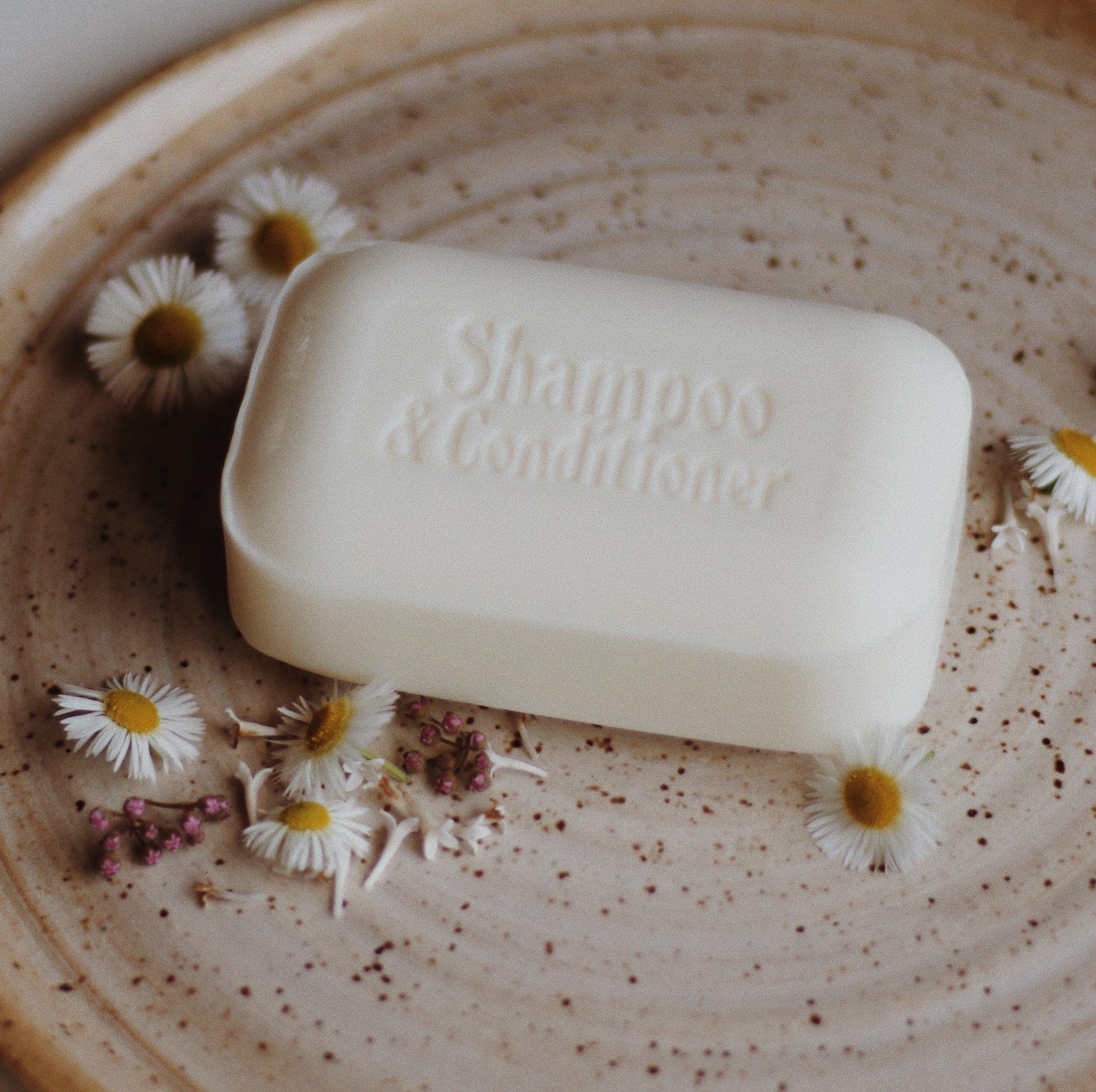 Lavez-vous avec du savon, shampoing et revitalisant en barre. - Les savons en barre sont sans déchet, naturels et économiques. Si cette option ne vous convient pas, optez pour du remplissage de savon et shampoing en bouteille dans votre boutique de vrac préférée.