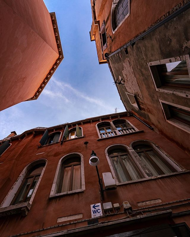 Always know where the nearest bathroom is.  16mm 1/60s f2.8 ISO 320 #watercloset #veniceitaly #venice #travelphotography #travel #sony #sonya7iii