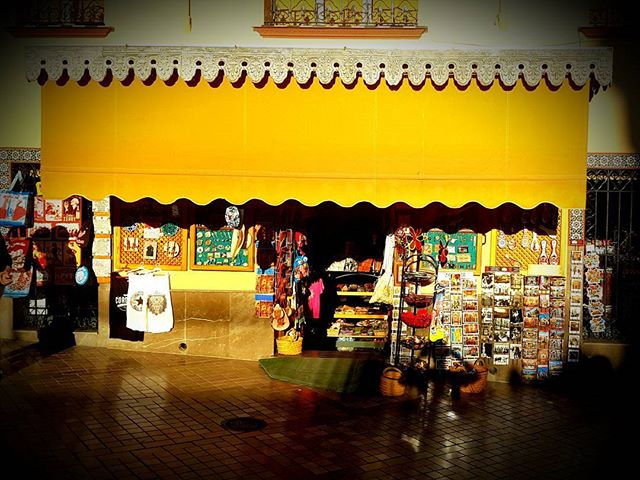 #echoppe #souvenirs #bazar #orange #walkingstreet #promenade #citycenter #history #instamood #cordoba #cordoue #andalucía #spain #europe