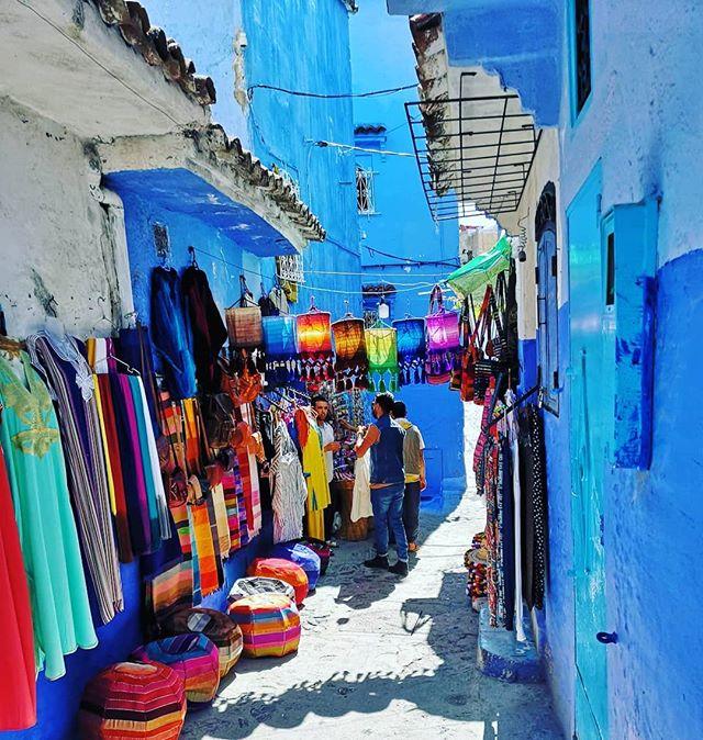 #ThrowBack Chefchaouen est une petite ville du nord-ouest du Maroc. Elle est bâtie à 600 m. d'altitude au pied des monts Kelaa et Meggou, sur la chaîne du Rif. Une vraie merveille 😍⛰️ ! #maroc #chefchaouen #thebluecity #digitalnomad #nomadlife #travel #lifestyle #remotework #Freedom