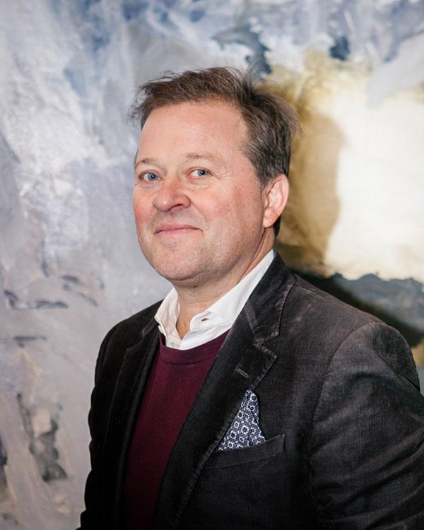 Arne Hjeltnes - Arne Hjeltnes har vore representant for Eksportutvalget for fisk i Hong Kong, turistsjef for Noreg i USA, Styremedlem og kommunikasjonsdirektør i Marine Harvest og konsernsjef i Creuna.Les meir…