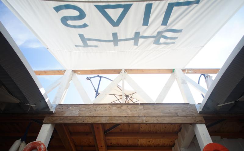 ヨットの帆のリサイクルの取り組みは施設の屋根、レンタルパラソル、ビーチベッドに広がっています。