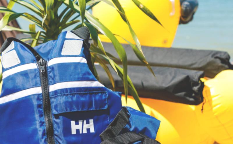 海で安全にアクティビティをするためのライフジャケットの貸し出し。採暖室利用の後にも利用可能