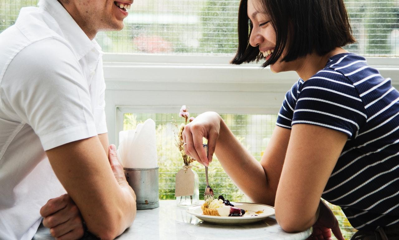 Resalta a la pareja de novios como complemento.