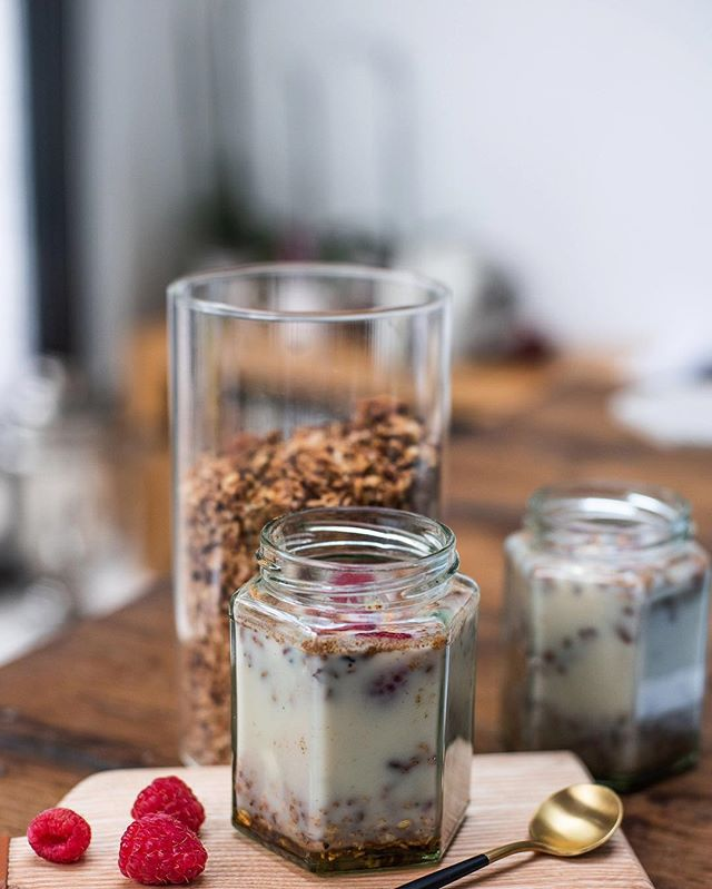 Pictured here is one of my bestsellers: Overnight Oats. Featuring oats, almond milk and organic chia seeds from @hodmedods, one of my favourite grains and pulses suppliers. Add a spoon of almond butter and your favourite berries on top, and you have a healthy breakfast that will have you ready for anything. You can store it up to 5 days in a fridge and rest easy knowing that it is wholly sustainably sources, cooked and packaged whilst also being packed with minerals, vitamins, essential fatty acids, antioxidants and soluble fibres. All of which promote regularity and overall digestive health as well as giving our energy and immune systems that much needed boost. ⠀ .⠀ .⠀ .⠀ #granola #breakfast #healthyfood #food #healthy #vegan #foodie #smoothiebowl #yummy #glutenfree #veganfood #instafood #healthybreakfast #smoothie #foodporn #homemade #foodphotography #plantbased #veganfoodshare #banana #healthylifestyle #acaibowl #fruits #superfood #organic #healthyeating #almonds #delicious #overnightoats