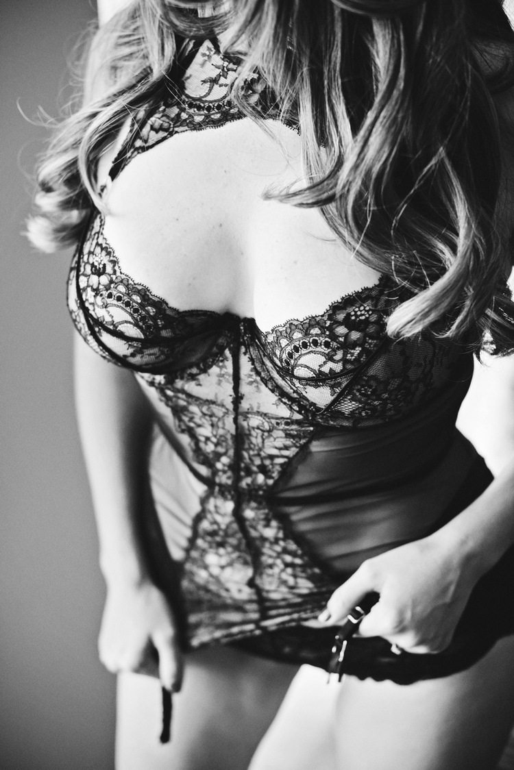 black-and-white-boudoir-session.jpg