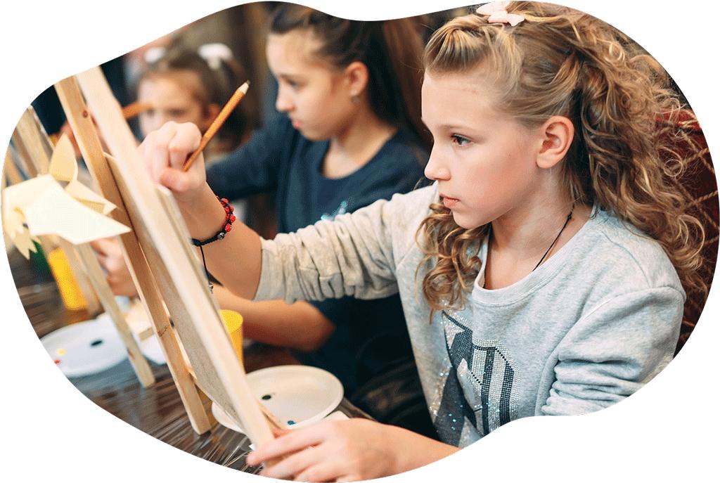 De 9 à 12 ans - Affirmer sa sensibilité artistique et sa créativité.Tout au long de l'année, les exercices proposés permettront d'acquérir de solides bases techniques et de les mettre en jeu dans différents projets personnels ou collectifs (réalisation de livres illustrés, expositions, bande dessinée, initiation au dessin d'animation…).