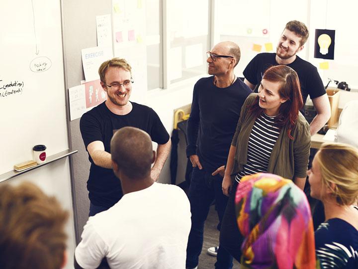 En entreprise - Nos professeurs se déplacent avec tout le matériel nécessaire afin d'animer un atelier sur mesure de découverte ou de perfectionnement de dessin et peinture au sein même de votre entreprise. Associez-y les thèmes et les valeurs qui vous sont chers et encouragez le développement de la créativité des membres de vos équipes. De nombreux types d'activités peuvent être proposés, n'hésitez pas à nous solliciter !