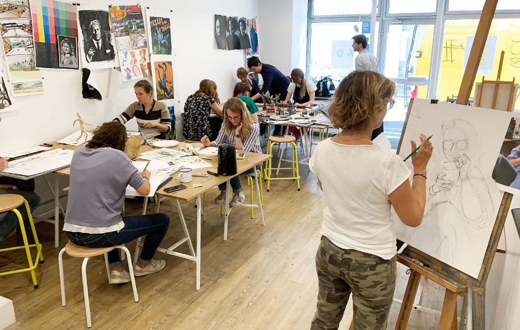 L'Atelier de dessin et peinture - Adapté aux besoins et aux objectifs de chaque élève, l'Atelier est un cours à la carte, où le suivi est entièrement individualisé. Toutes les techniques de dessin et peinture sont enseignées.VOIR CE COURS ❯