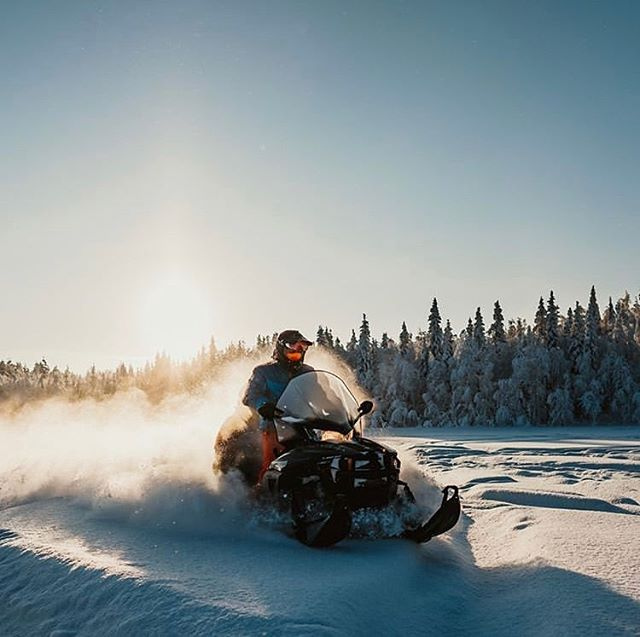 Sun's out ☀️ The temperature is rising and we're in the middle of the spring-winter season, with sunshine, snow on the ground and mild weather. Let's enjoy some snowmobiling today! 〰️〰️〰️〰️〰️〰️〰️〰️〰️〰️ #repost @norrskenlodge #destinationövertorneå #heartoflapland #winterexpedition #äventyr #destinationovertornea