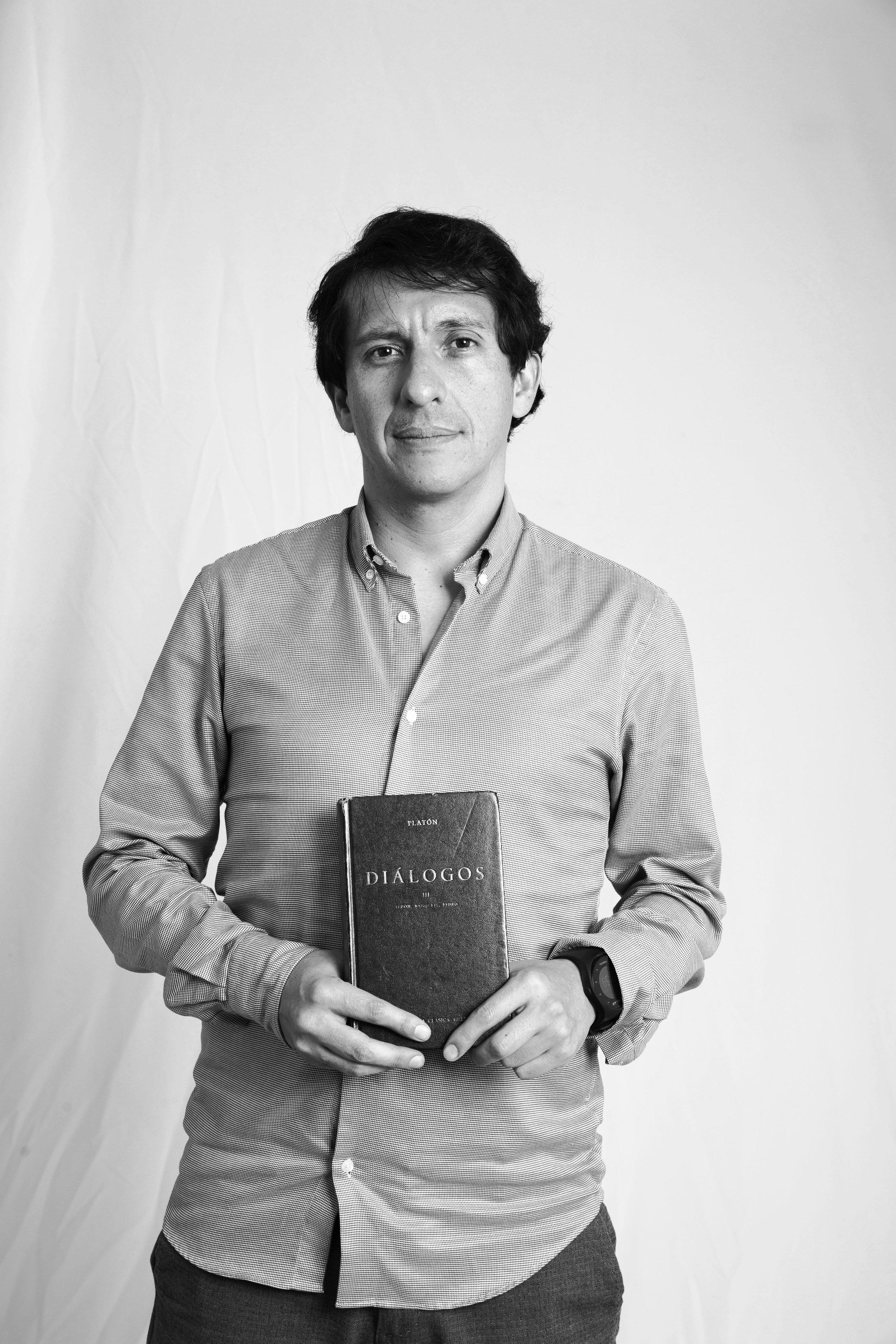Carlos Esteban Barrera Silva - RectorFilósofo con maestrías en Historia y Educación de la Universidad de los Andes. Actualmente cursa la Maestría en Filosofía en la Pontificia Universidad Javeriana. Fue coordinador del área de Ciencias Sociales del colegio Marymount de Bogotá, donde también se desempeñó como profesor de Filosofía, Estudios Colombianos, Teoría del conocimiento y como examinador del Bachillerato Internacional en la asignatura de Filosofía. También ha dictado clases en la Universidad Jorge Tadeo Lozano, en la Fundación Universitaria Konrad Lorenz y ha trabajado como asistente de investigación en la Universidad de los Andes y como asesor en la Fundación Tiempo de Juego.