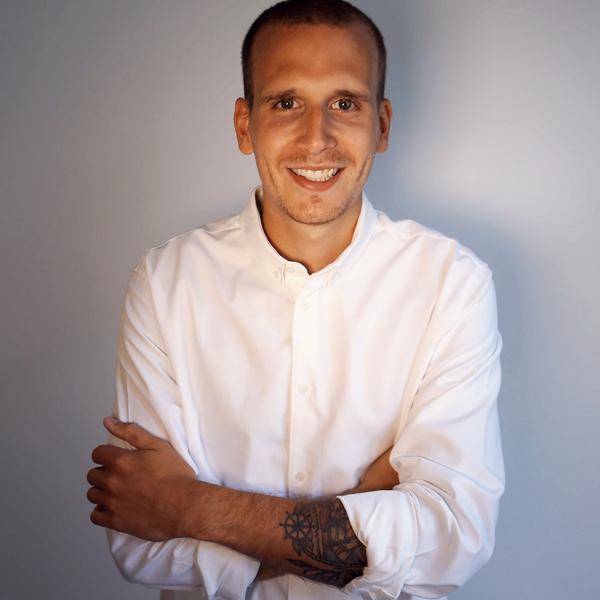 Fabian Fink - Von Hinten durch die Brust ins Auge wurde Fabi Full Stack Entwickler. Angefangen als Product Owner und Architekt, hat er seine späte Passion als Vollzeit Coding Wizard gefunden.Da ihm die große Bühne jedoch fehlt, reißt Fabi im Podcast viel zu oft ungefragt das Wort an sich. Dafür ist er der Einzige, der den Pick Of The Day wirklich Ernst nimmt.