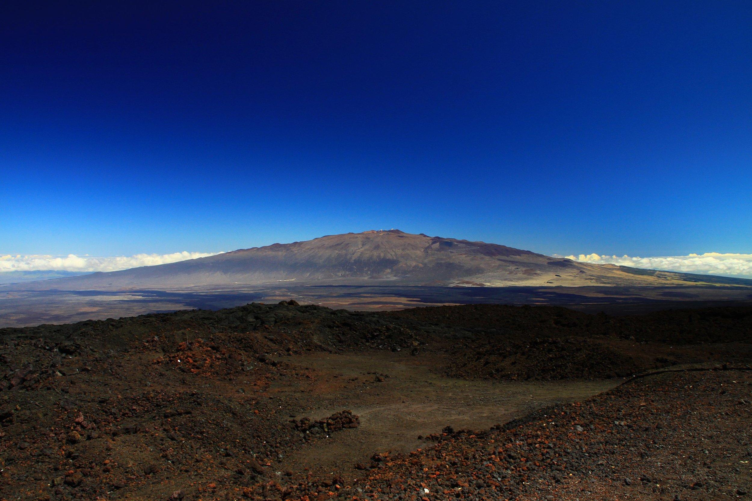 2560px-Mauna_Kea_from_Mauna_Loa_Observatory,_Hawaii_-_20100913.jpg