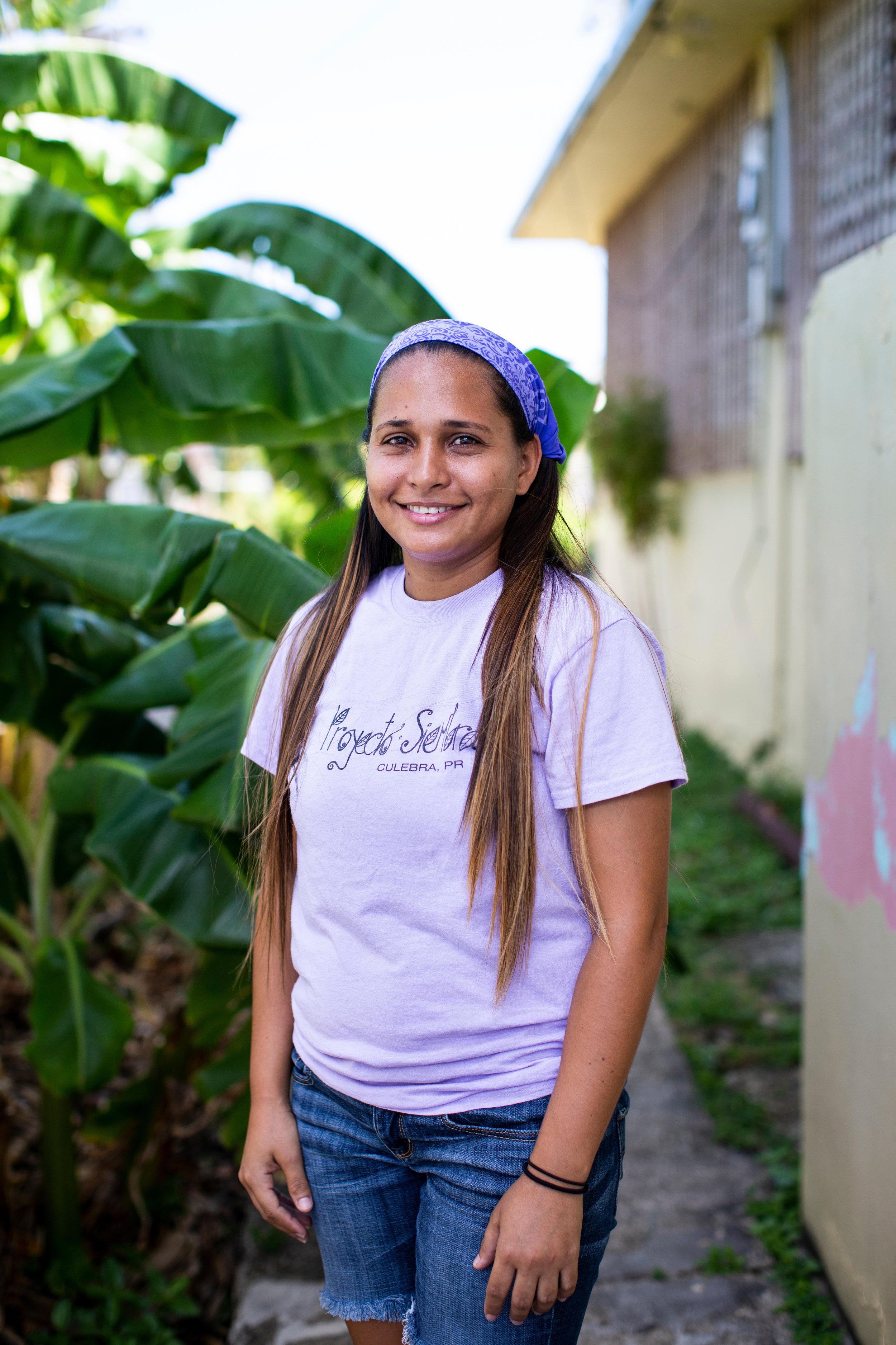 Iris Climent, 28, posa para un retrato en la sede de Mujeres de Islas en Culebra, P.R., el 23 de abril de 2019. Climent trabaja a tiempo completo como participante del Proyecto Siembra, de Mujeres de Islas.