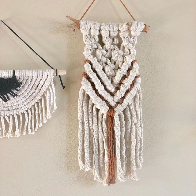 This week = insane back pain.  By yesterday, though, I was feeling much better (thanks to my beloved chiropractor👩🏻⚕️). I was finally mobile enough to start my series of mid-size macrame pieces. 💃🏽 #erosegetscrafty #stripesandroseshandmade #niromastudio