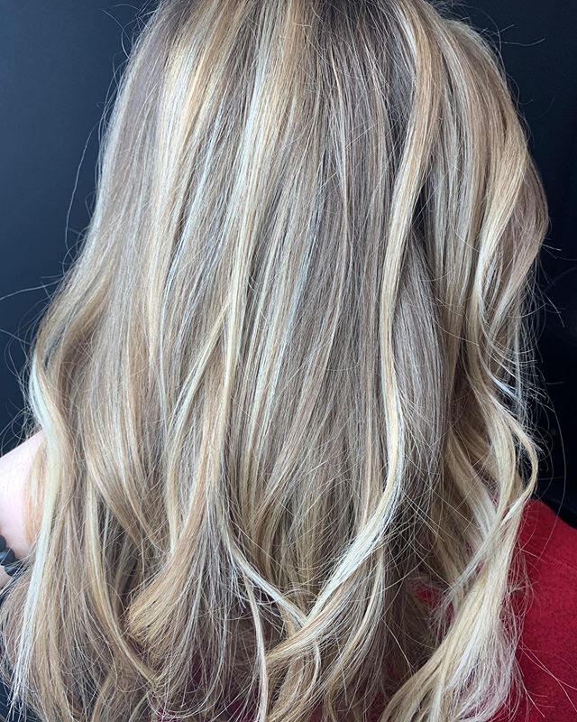 Brightened up my client for summer with some balayage! #balayage #blondebombshell #teasylights #blondhair #thatblendtho #paulmitchell @hair_by_sherr @envhairstudio