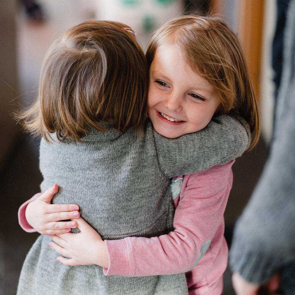 Nær Gud - Det kristne livet er en kjærlighetsrelasjon: Vi elsker fordi Gud elsket oss først. Som alle andre relasjoner, må også denne pleies. Personlige bånd styrkes når man tar tid sammen, går inn for å bli kjent, lytter og samtaler. Retreat er å ta tid til å komme nær Gud, lytte, smake og se. Det handler om å elske Herren av hele sitt hjerte. Samtidig skjerpes blikket for medmennesker og skaperverk.