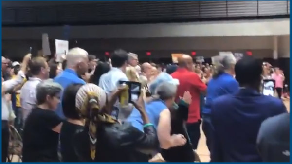 Short video of the standing ovation Pete got as he entered the room in Charleston.